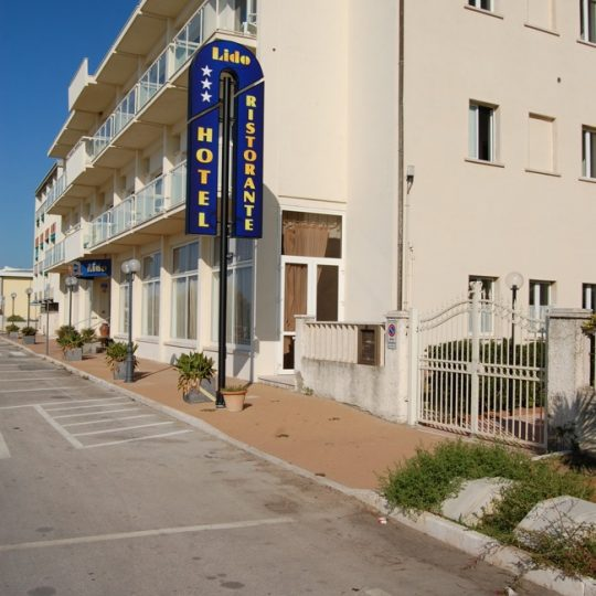 http://www.hotellidofollonica.com/wp-content/uploads/2016/03/hotel-lido-13-540x540.jpg